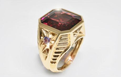 Handgravierter Herrenring in 750 Roségold mit rotem Granat 19.17ct. zwei runde Alexandrite seitlich gefasst und Feder aus 950 Platin
