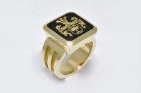 Wappenring in 750 Gelbgold mit Onix, Vollwappen nach Vorlage graviert und mit Feingold eingelegt