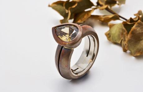 Naturfarbener Diamant-Tropfen gefasst in Kupfer mit Innenring aus 750 Weissgold