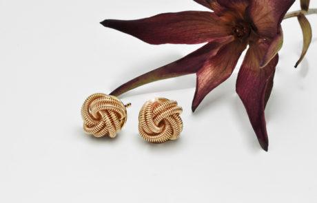 Ein Paar Ohrstecker handmontiert aus Spiraldraht in 750 Rotgold