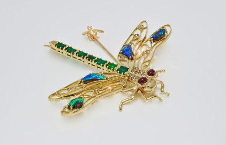 Libellen Brosche nach Kundenwunsch handmontiert in 750 Roségold mit Smaragd, Rubinen und Opalen