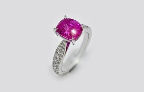 Damenring handmontiert in 750 Weissgold mit einem pink Saphir 4.33ct. und 44 Brillanten TW VS pavégefasst