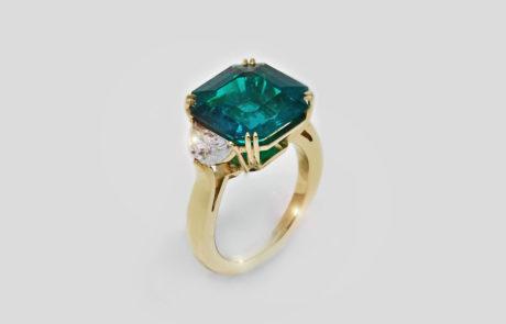 Kundenanfertigung eines Smaragd-Rings handgearbeitet in 750 Roségold mit seitlich gefassten Diamanten
