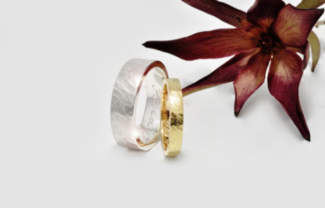 Ringpaar nach Kundenwunsch handgeschmiedet in 750 Weissgold und 750 Roségold