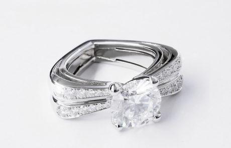 Diamantring in 950 Platin mit Ringschiene in Herzform im Zentrum ein Brillant 1.51ct. gefasst in 4 Griff Chaton mit seitlichem Brillantenpavé