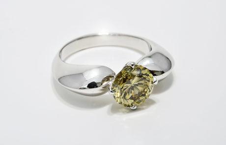 Solitär Ring in Herzform mit naturfarbenem grünen Brillanten in 4 Griff Chaton