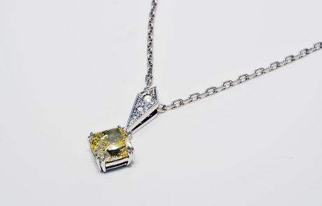 Handmontierter Weissgold Anhänger mit naturfarbenem Cushion Diamant 2.03ct. gefasst in Doppelgriffe Anhänger Öse aufgefasst mit 3 Brillanten und Millgriff