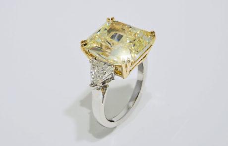 Diamantenring handmontiert mit naturfarbenen gelben Radiantschliff Diamanten 10.08ct.gefasst in Gelbgold-Chaton mit Doppelgriffen, Ringschiene mit Trillanten in 950 Platin