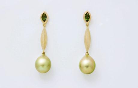 Ein Paar Ohrhänger mit traumhaften günen und seltenen Fiji Perlen gearbeitet in 750 Roségold und Chromturmalin Navetten 0.94ct.
