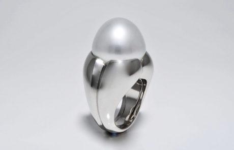Exklusiver Perlenring in 950 Platin mit wunderschöner Südsee Bouton Perle