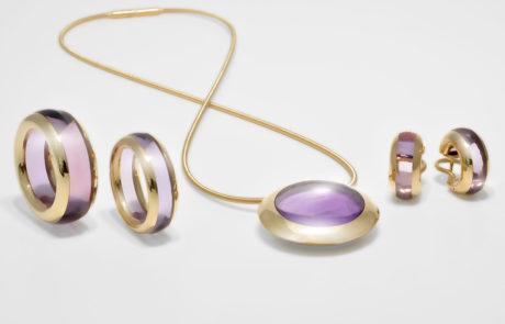 Steinkreis Kollektion bestehend aus Anhänger, Ohrcreolen und zwei Ringen, gearbeitet aus Amethysten gefasst in 750 Roségold