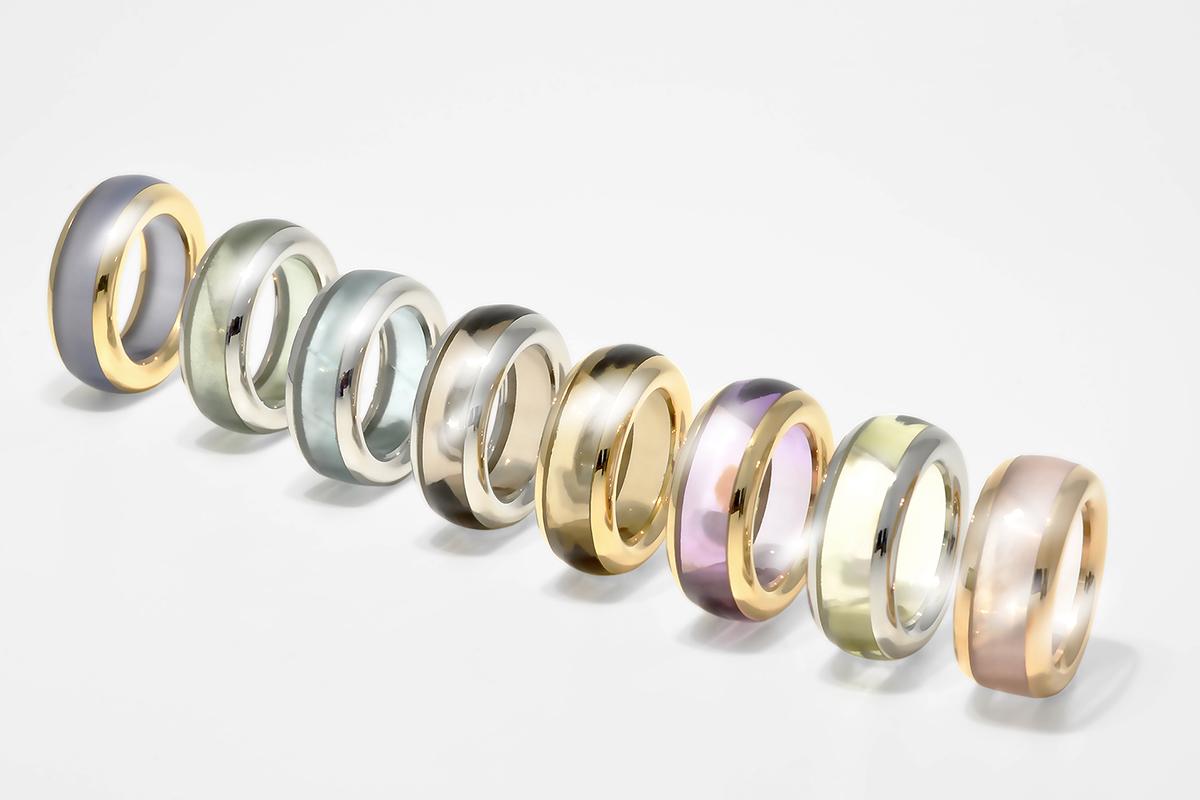 Steinkreis Ringe von links nach rechts: Chalcedon, grüner Beryll, Aquamarin, Rauchquarz, Citrin, Amethyst, Lemonquarz und Rosenquarz