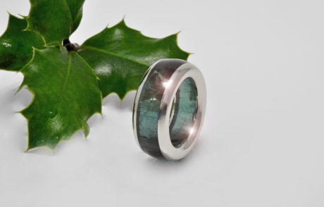 Einzelanfertigung eines Steinkreis Rings aus blauem Turmalin gefasst in 950 Platin