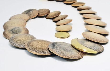 Bambuslinsen Collier mit Magnetschliesse und Halbmond in 750 Gelbgold