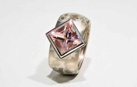 Mokume Gane Ring gewickelt in Rotgold, Silber und Palladium mit Morganit