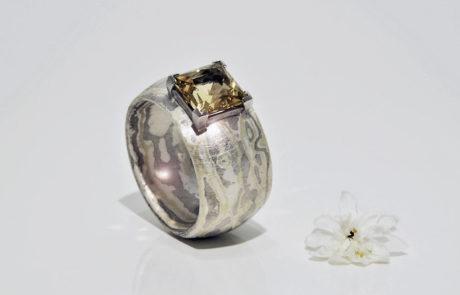 Mokume Gane Ring gewickelt in Grüngold, Silber und Palladium mit Chrysoberyll